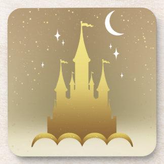 Castillo soñador de oro en el cielo estrellado de posavasos