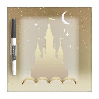 Castillo soñador de oro en el cielo estrellado de tablero blanco