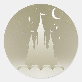 Castillo soñador de plata en el cielo estrellado pegatina redonda