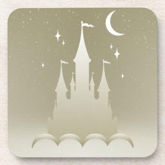 Castillo soñador de plata en el cielo estrellado posavasos de bebida