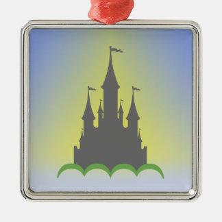 Castillo soñador diurno en el cielo soleado de las adorno navideño cuadrado de metal