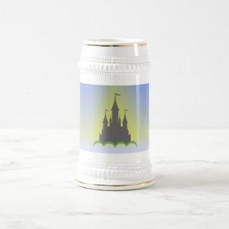 Castillo soñador diurno en el cielo soleado de las jarra de cerveza