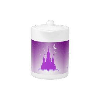 Castillo soñador púrpura en el cielo estrellado de