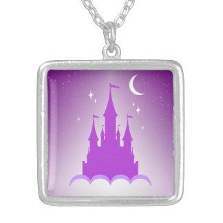 Castillo soñador púrpura en el cielo estrellado de colgante
