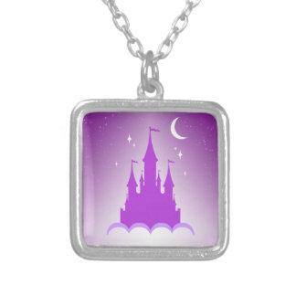 Castillo soñador púrpura en el cielo estrellado de collar personalizado