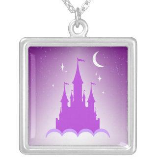 Castillo soñador púrpura en el cielo estrellado de grimpola