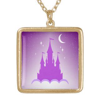 Castillo soñador púrpura en el cielo estrellado de colgantes