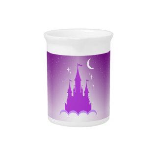 Castillo soñador púrpura en el cielo estrellado de jarrones