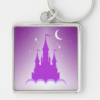 Castillo soñador púrpura en el cielo estrellado de llavero cuadrado plateado