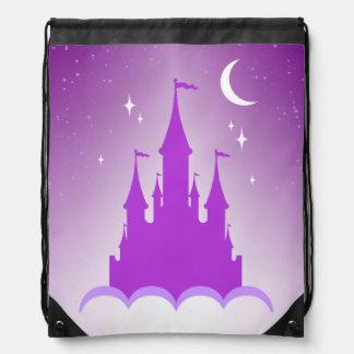 Castillo soñador púrpura en el cielo estrellado de mochilas