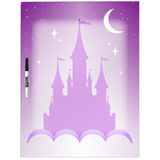Castillo soñador púrpura en el cielo estrellado de pizarras