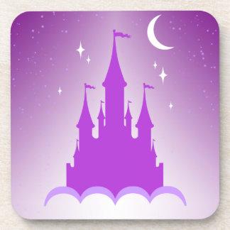 Castillo soñador púrpura en el cielo estrellado de posavasos de bebidas