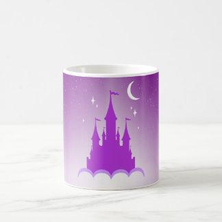 Castillo soñador púrpura en el cielo estrellado de taza de café