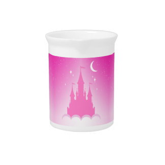 Castillo soñador rosado en el cielo estrellado de jarra de beber