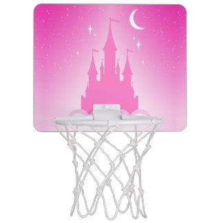 Castillo soñador rosado en el cielo estrellado de minicanasta
