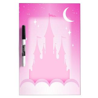 Castillo soñador rosado en el cielo estrellado de tableros blancos