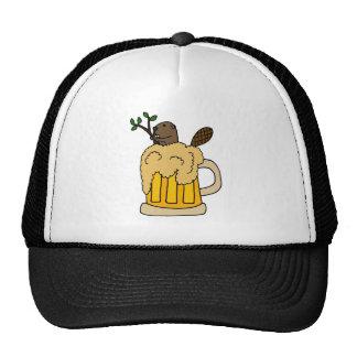 Castor divertido en taza de cerveza gorra