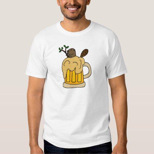 Castor divertido en taza de cerveza playera