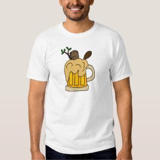 Castor divertido en taza de cerveza playeras
