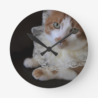 Cat in lacy collar round clock