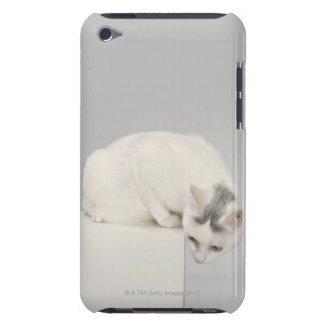 Cat looking over an edge iPod touch Case-Mate case