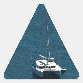 Catamarán amarrado a poca distancia de la costa pegatina trianguladas personalizadas