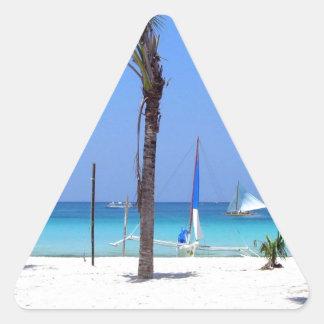 Catamarán en la playa - idea asombrosa del regalo pegatina triangular