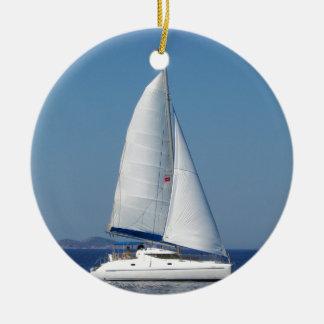 Catchup del catamarán adorno navideño redondo de cerámica