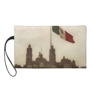 Catedral en el Zocalo del DF con la Bandera 12 Wristlet Purse
