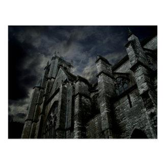 Catedral gótica con un cielo oscuro melancólico tarjetas postales