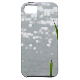 Cattail delante del lago iPhone 5 Case-Mate cárcasa
