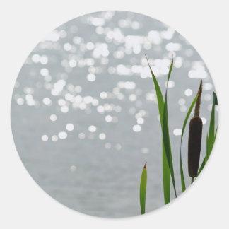 Cattail delante del lago pegatina redonda