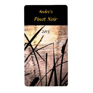 Cattails en la etiqueta del vino de la puesta del  etiquetas de envío