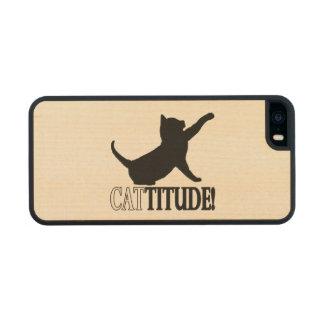 Cattitude con el gato en silueta funda de arce carved® para iPhone 5