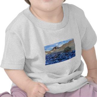 Cauce del río y paisaje secos camisetas