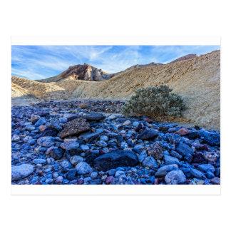 Cauce del río y paisaje secos postal