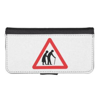CAUTION Elderly People - UK Traffic Sign iPhone SE/5/5s Wallet