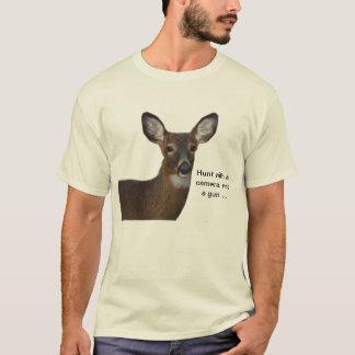 Caza con una camiseta de los ciervos de la cámara