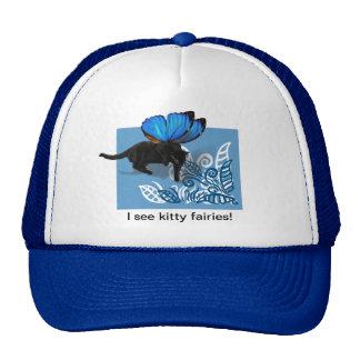 Caza de hadas coa alas azul del gatito en hojas gorro
