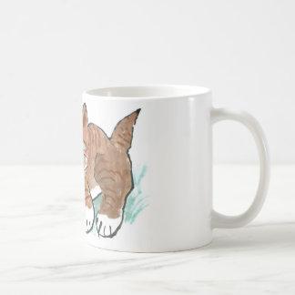 Caza de la caza de la mariposa por el gatito del t tazas de café