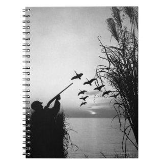 Caza del pato del hombre spiral notebooks