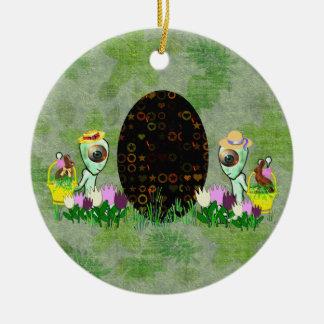 Caza extranjera del huevo de Pascua Ornamento De Navidad