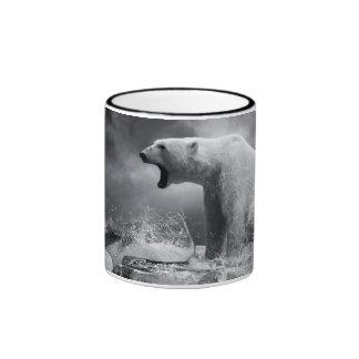 Cazador blanco del oso polar en el hielo en agua tazas