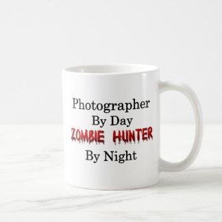 Cazador de la fotografía/del zombi taza clásica