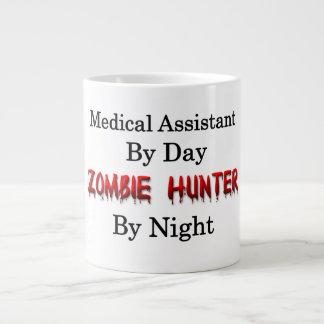 Cazador del auxiliar médico/del zombi taza de café grande