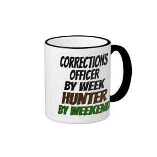 Cazador del oficial de correcciones taza de dos colores