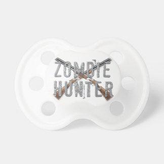 Cazador del zombi con los armas chupete de bebe