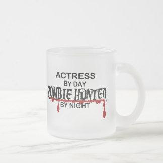 Cazador del zombi de la actriz por noche taza de cristal