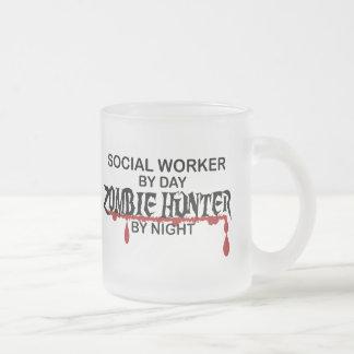 Cazador del zombi del asistente social taza de cristal
