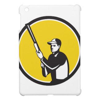 Cazador que lleva a cabo el círculo del rifle de